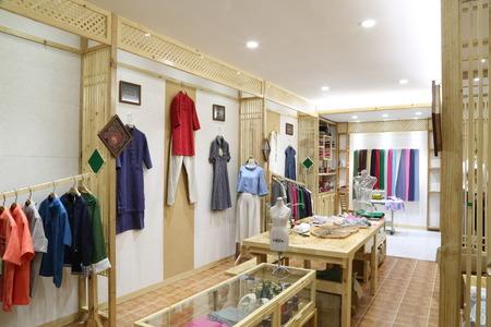 Kleider hängen auf einem Regal in einem Designer-Kleidung Shop