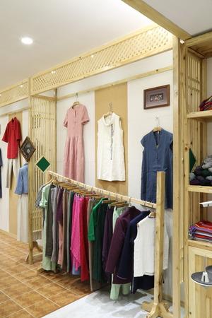 Kleidung hängen auf einem Regal in einem Designer-Kleidung zu speichern