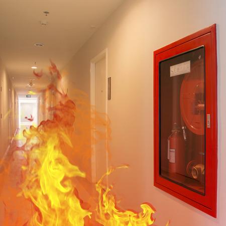 Fuego interior estalló en llamas en el edificio. Foto de archivo - 39301953