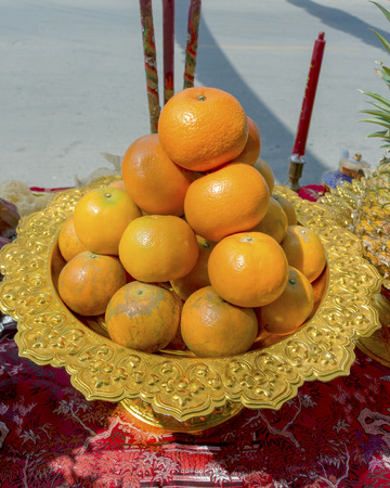 Sacrificial offering fruit for pray to god and memorial to ancestor in Chinese new year, Thailand.Orange  fruit in Chinese new year. Standard-Bild