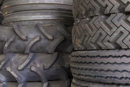 Reifengummiprodukte, Gruppe Reifen am Reifenspeicher. Standard-Bild - 92053726