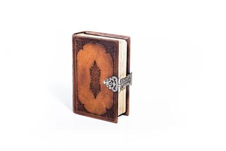testament schreiben: Brownleather Bibel auf wei�em Hintergrund