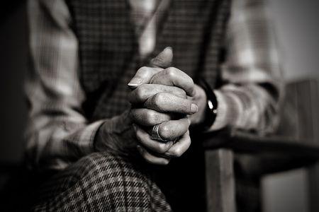 Una vieja viuda es rezar mientras el luto de su difunto marido  Foto de archivo - 803127