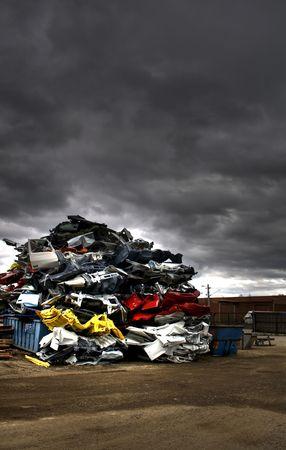 metallschrott: Stapel abgelegt Autos auf junkyard  Lizenzfreie Bilder