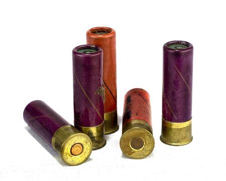 gun shell: c�scaras aisladas de la escopeta en el fondo blanco