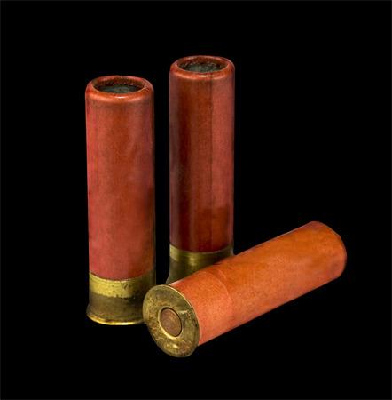 gun shell: aislados escopeta de conchas en fondo negro