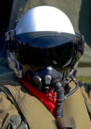 avion de chasse: pilote de chasse de l'arm�e de l'air su�doise avec son casque sur la Banque d'images