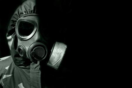 gas mask: militar que llevaba una persona gasmask y ropa de protecci�n