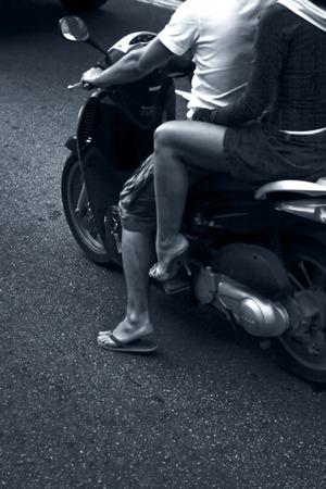 vespa piaggio: Coppia su un ciclomotore a Barcellona, Spagna