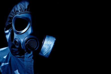 gasmask: militari persona che indossa un gasmask e indumenti protettivi