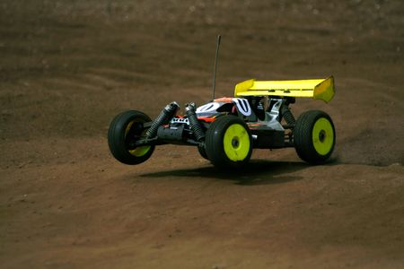 rc: rc toy car rally on dirt track 스톡 사진