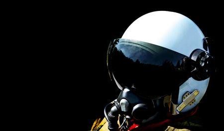 pilotos aviadores: piloto de combate de la fuerza a�rea sueca con su casco Foto de archivo