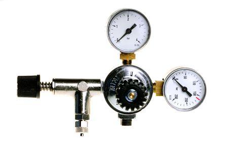 gas cylinder: cilindro de gas de presi�n manom�trica en el fondo blanco