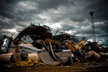 junkyard: un gran mont�n de metal chinks en un junkyard
