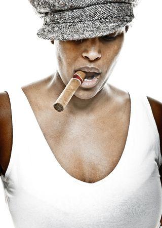 chica fumando: una bella joven de ascendencia africana con sombrero y un cigarro
