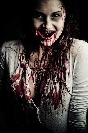 mujer fea: una chica de zombie aspecto sangriento y miedo Foto de archivo