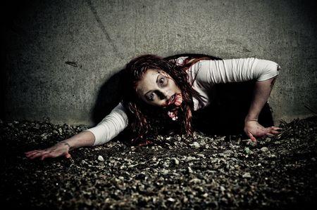 Una chica de zombie aspecto sangriento y miedo  Foto de archivo - 6959850
