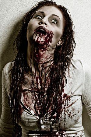 Una chica de zombie aspecto sangriento y miedo  Foto de archivo - 6959872