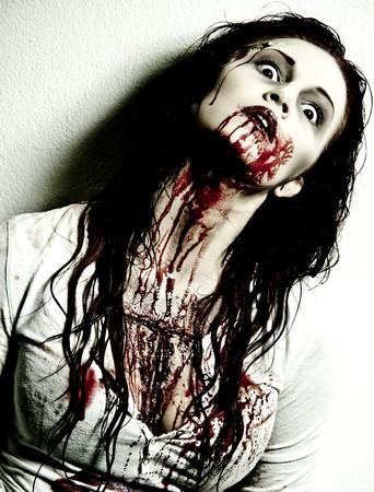 mujer fea: una chica de sangrientos zombi sanguinario y miedo