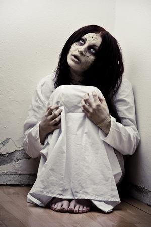 Una chica de miedo fantasmas vistiendo un camisón blanco Foto de archivo - 8462658
