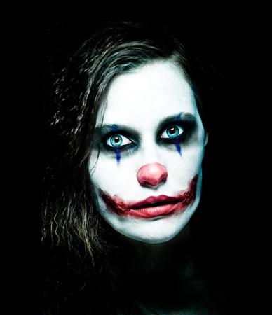 mujer fea: un payaso femenino miedo mirando desde la oscuridad Foto de archivo