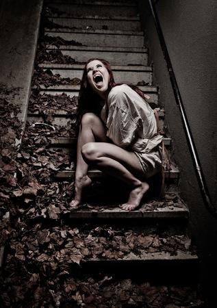 atados: una chica vampiro vistiendo una chaqueta recta Foto de archivo