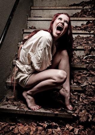 gefangener: eine verrückte Vampir Mädchen trägt eine Zwangsjacke