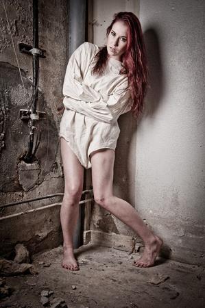 preso: una chica psico loco usando una camisa de fuerza