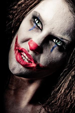 harlequin: Primo piano di una femmina pagliaccio spaventosa