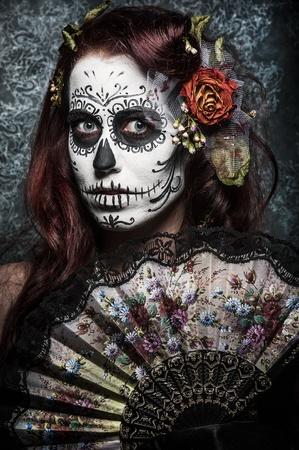 evil girl: una donna con la faccia dipinta come un giorno tradizionale della maschera sugarskull morti Archivio Fotografico