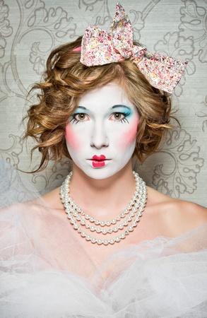 muneca vintage: una chica vestida como una mu�eca de porcelana de �poca antigua