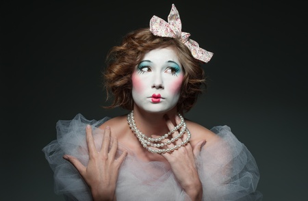 pantomima: una chica vestida como una muñeca de porcelana de época antigua