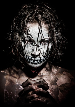 evil girl: una ragazza spaventosa con vernice viso