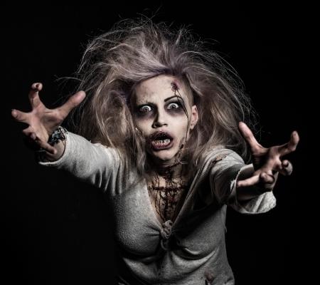 mujer fea: un no-muerto de miedo zombie girl Foto de archivo