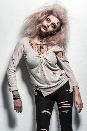 Un no-muerto de miedo zombie girl Foto de archivo - 20528763