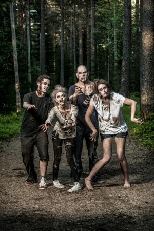 Beängstigend blutige Zombies warten auf eine Beute Standard-Bild - 20528984