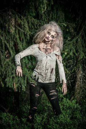 Un no-muerto de miedo zombie girl Foto de archivo - 20529022