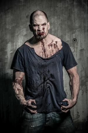 怖いと流血のゾンビの男