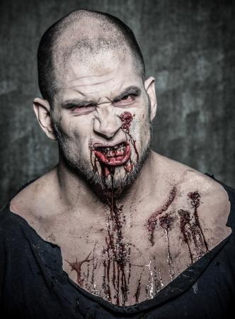 sangre derramada: un hombre zombie aterrador y sangriento Foto de archivo