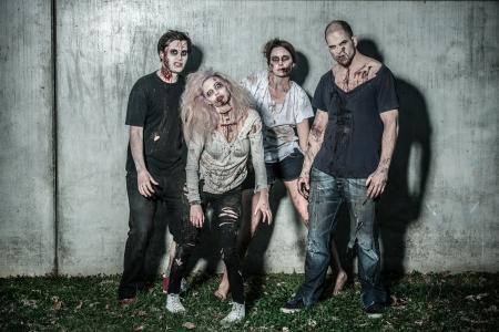 Zombies sangrientos miedo espera de una presa Foto de archivo - 20528998