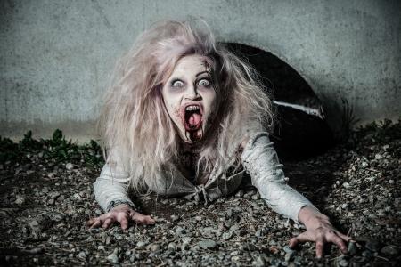 sangre derramada: un no-muerto de miedo zombie girl Foto de archivo
