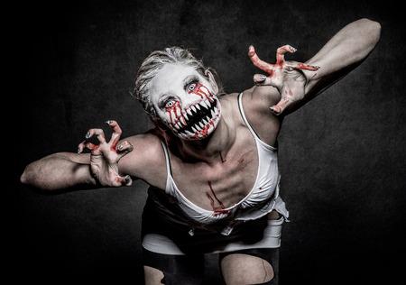 demonio: una mujer demonio de miedo con grandes dientes afilados Foto de archivo