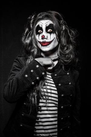 payaso: una niña de payaso malvado asustadizo con un maquillaje malvados