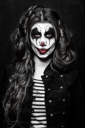 demonio: una niña de payaso malvado asustadizo con un maquillaje malvados