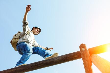 木造建築の上にバランスを歩く旅行者 写真素材