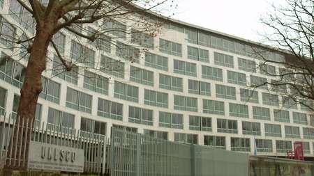 PARÍS, FRANCIA - DICIEMBRE, 31. Señal de la UNESCO y jefaturas Editorial