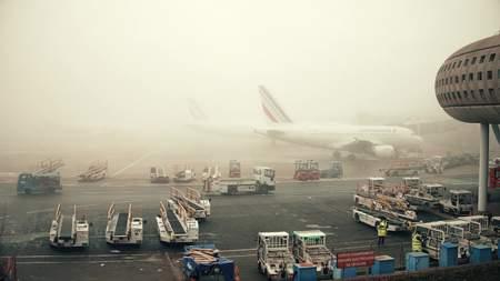 colores calidos: PARIS, FRANCIA - ENERO 1, 2017. Los aviones de Airbus en el estacionamiento de aeronaves en el aeropuerto de Charles de Gaulle. día de niebla, los colores cálidos