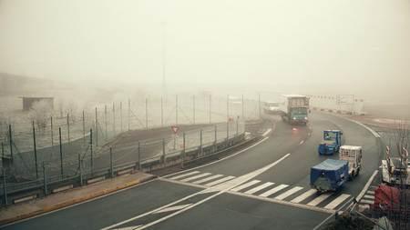 colores calidos: PARIS, FRANCIA - ENERO 1, 2017. Charles de Gaulle vehículos utilitarios aeropuerto en un día de niebla. Colores cálidos