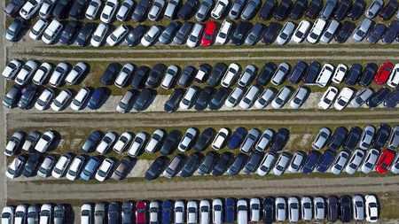Aéreo, tiro, nuevo, coche, estacionamiento, cima, vista Foto de archivo - 75235655