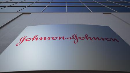 Tablero de señalización exterior con logo de Johnson. Edificio de oficinas moderno. Editorial 3D Editorial